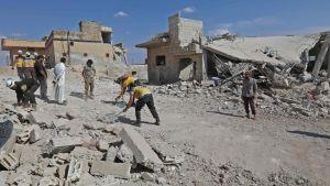 Räddningspersonal rensar upp efter att rgereingsstyrkor rapporteras ha bombarderat staden Al Habit  i de södra delarna av provinsen Idlib i Syrien 10.9.2018.