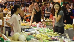 Försäljarna i de talrika marknaderna arbetar vanligen sju dagar i veckan. Många har ledigt endast under det kinesiska nyåret.