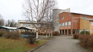 En skolbyggnad i Kristinestad.