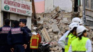 Räddningsarbetare utanför ett av de kollapsade husen i Marseille på måndagen.