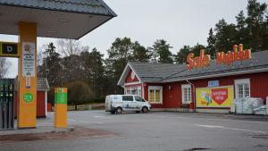 Den rödmålade Sale Majakka-butiken i Gustavs med bensinstation framför.