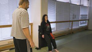 Toimittaja Maria Jyrkäs kokeilee TRE harjoitusta