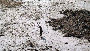 En man på Norra Sentinel höjer sin pil mot helikoptern. Foto taget av den indiska kustbevakningen 2004 efter tsunamin.