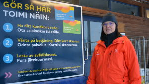 Nina Lindman på Stormossen framför skylt med återvinningsinstruktioner.