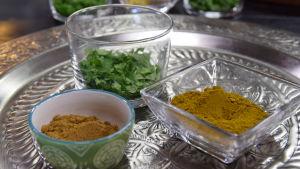 Kolme pientä kulhoa jossa korianteria, currya ja kuminaa.