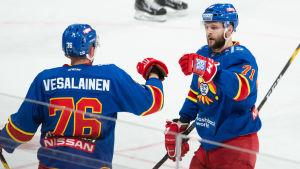 Kristian Vesalainen och Nicklas Jensen firar 19-åringens 2–1-mål.