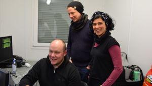 Matias Ojanen, Kristian Ekholm och Ghiju Díaz de Léon kollar in bilderna för ljuskonstverket.