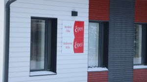 Ett fönster i en vit vägg. Bredvid fönstret en röd skylt med texten Esperi.
