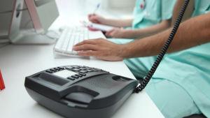 Hälsovårdspersonal talar i telefon.