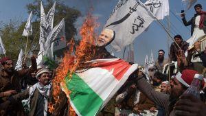 Pakistanska demonstranter brände indiska flaggor och bilder på premiärminister Narenda Modi i Peshawar på torsdagen 28.2.