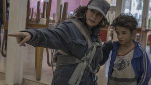 Regissören Nadine Labaki intsruerar sin unga stjärna Zain al Rafea.