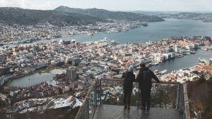 Elin och Andreas tittar ner på Bergen från en utsiktsplats ovanför staden.