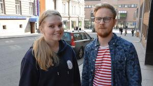 Håll Skärgården Rens projektassistent Jutta Vuolamo och projektkoordinator Atte Lindqvist.