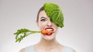 En kvinna har en morot mellan tänderna i sidledes och ett kålblad på huvudet som täcker ena ögat. Hon har uppspärrade ögon.