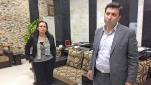 Nazria Gourie och Telhat Yones på regionkontoret i Amuda, norra Syrien.