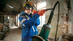 Kvinna som använder verktyg.