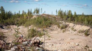 Näkymä sorakuopalle, taustalla metsää