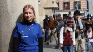 Charlotte Wicke guidar folk vid Europabussen.