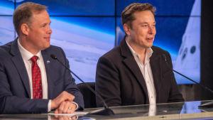 Jim Bridenstine och Elon Musk på bild från Cape Canaveral