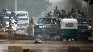 Sudanesiska säkerhetsstyrkor utanför militärhögkvarteret i Khartoum på måndagen då de försökte skingra protestlägret där.
