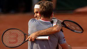 Roger Federer kramar om Stan Wawrinka.