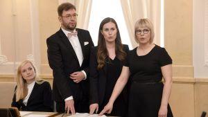 Timo Harakka, Sanna Marin och Aino-Kaisa Pekonen avlägger tjänstemannaeden.