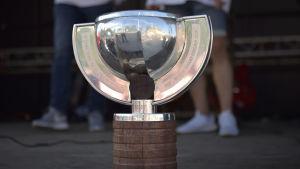 en prispokal från hockey-vm 2019 står på en scen