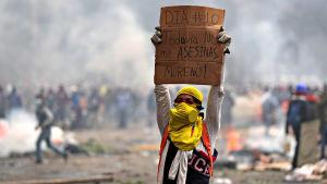"""Mielenosoittaja pitelee päänsä yläpuolella kylttiä, jossa lukee: """"Päivä numero 10. Sinun ei pitäisi vielä tappaa minua, Moreno!"""""""