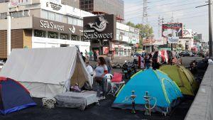 Demonstranter blockerade landsvägen norrut från Beirut med bland annat tält. Bilden tagen i Zouk Mosbeh på söndagen.
