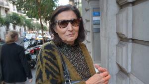 Elvira Carreras utanför en byggnad i Barcelona