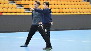 Vanja Radic och målvakten Patrik Roslander på handbollslandslagets träningar.