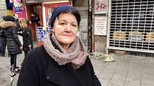 Emira Zahirovic framför pizzerian där 15-åringen dog.