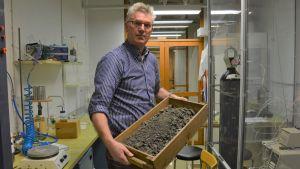 Professor Ron Zevenhoven med en låda stenar.