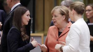 Pääministeri Sanna Marin keskusteli EU-huippukokouksessa Saksan liittokanslerin Angela Merkelin ja Tanskan pääministerin Mette Frederiksenin kanssa.