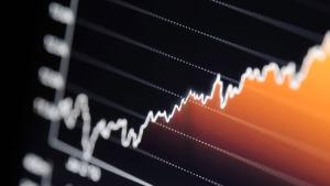 Nousevan pörssikurssi kurssi tietokoneen näytöllä.