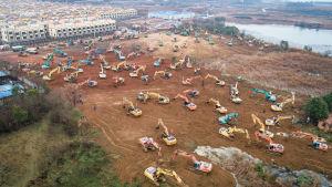 Sjukhus byggs med rekordfart i förorten Caidian i Hubei, Kina.