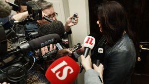 Utskotssordförande Johanna Oajala-Niemelä ger intervjuer efter mötet.