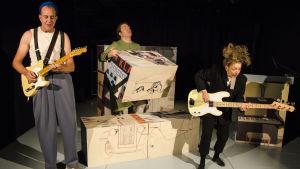 På bilden syns skådespelarna Robert Kock, Matti Raita och Meri Anna Hulkkonen som spelar i föreställningen Sailor och Pekka.