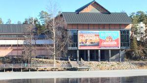 Savonlinnan kaupunginvaltuusto kokoustaa koronavirustilanteen takia poikkeuksellisesti Savonlinnasalissa.