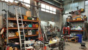 Depåverkstad med bland annart en massa verktyg.