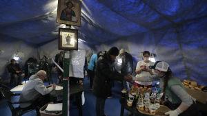 En av den ryskortodoxa kyrkans hjälporganisationer delade ut mat till hemlösa och andra hjälpbehövande i Moskva i torsdags.