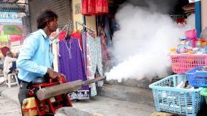 Besprutning av byggnad för att döda myggor som bär på malaria och dengue i New Delhi, Indien.
