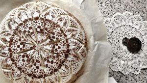 Ett surdegsbröd som är dekorerat som en spetsduk.