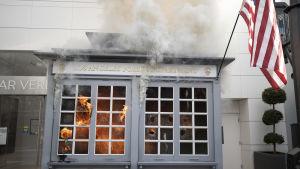 Polisbyggnad står i brand i Los Angeles.
