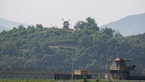 Spänningen vid gränsen har trappats upp betydligt sedan Nordkorea hotade att riva avtalen om förtroendeskapande militära åtgärder.