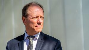 Justitieombudsman Petri Jääskeläinen är klädd i kostym. Han är fotograferad rakt framifrån och tittar åt sidan.