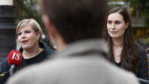 Annika Saarikko och Sanna Marin på Ständerhusets trappa