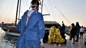 Sjukhuspersonal som tar emot migranter som anländer med båt till Lampedusa.