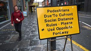 Människor i Liverpool uppmanas att hålla avstånd till varandra och använda den motsatta trottoaren