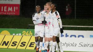 Hakas spelare firar Salomo Ojalas mål i Kuopio.